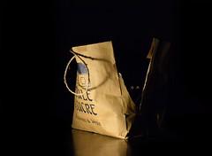 Montre ton sac (Jean-Pierre Bérubé) Tags: jpdu12 jeanpierrebérubé flickrfriday montretonsac showyourbag sac bag être bête fantastique papier carton noir beige black beast small nikon d5300 mouleàsucre