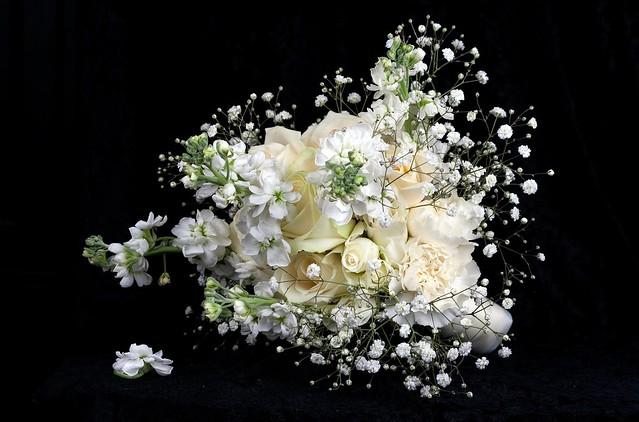 Обои цветы, розы, букет, черный фон, белые цветы, гипсофила, нежность лепестков картинки на рабочий стол, раздел цветы - скачать