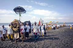 (kuuan) Tags: manualfocus mf voigtländer15mm cvf4515mm 15mm bali indonesia sonynex5n melasti ceremony beach tradition culture documentary balinese colorful mascetibeach pantaimasceti procession