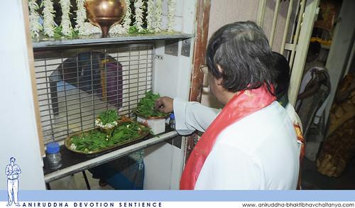 Sadguru Shree Aniruddha offering Bilva leaves to Shree Mahadurgeshwar on occasion of Mahashivratra at Shree Aniruddha Gurukshetram | श्रीअनिरुद्ध गुरुक्षेत्रम येथील श्रीमहादुर्गेश्वरास महाशिवरात्रीच्या पावन पर्वावर बिल्वपत्रे अर्पण करताना सद्गुरु श्रीअनिर