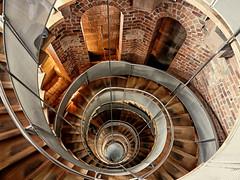 Caracoleando (jantoniojess) Tags: faro thelighthouseglasgow escaleras escalones escaleradecaracol escalerahelicoidal stairs staircase perspectiva perspective architecture arquitectura panasoniclumixlx100 glasgow escocia scotland reinounido baranda spiral espiral
