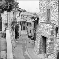 Assisi (BG Sixtyniner) Tags: italia umbria assisi hilltown old ancient stonewalls houses narrowstreet pilgrimage religious historic medieval hasselblad 500cm carlzeiss macroplanar f4 120mm cfi mediumformat analog 120 roll square 6x6 film bw blackwhite ilford hp5 expired 400asa microphen stock 10 homedev paterson canoscan 9000f vuescan