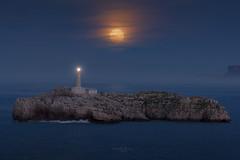 Faro de Mouro y Luna Llena (Pablo RG) Tags: santander mouro luna llena faro lighthouse cantabria night nightphotography moon isla noche spain mar sea cantabrico seascape