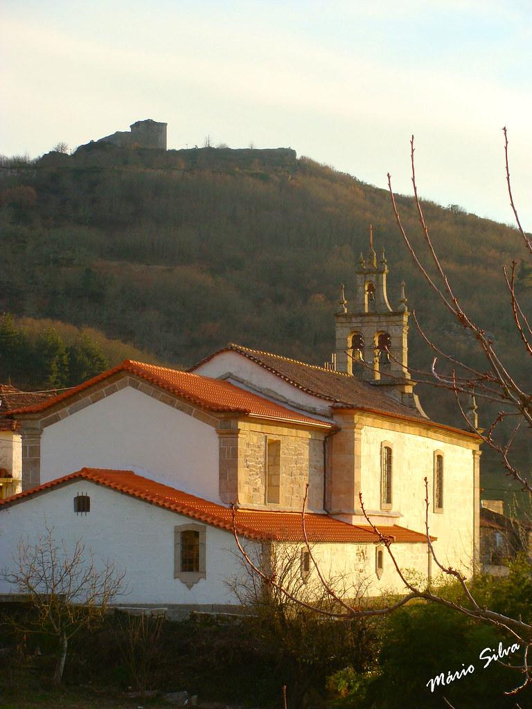 Águas Frias (Chaves) - ... igreja matriz recebendo os últimos raios solares do dia e no cimo o Castelo na penúmbra ...