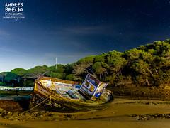 Astillada y humeda-01 (Andres Breijo http://andresbreijo.com) Tags: barca pesca pescar barco pesquera abandono abandonar abandonada vieja varada cauce rio bosque conil cadiz andalucia españa spain noche nocturna
