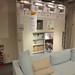 収納部分が多彩なイケアの壁面収納と爽やかなソファの写真