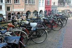 Bicycles parked along the canal (Davydutchy) Tags: utrecht nederland netherlands niederlande paysbas holland town city stad stadt centre center zentrum stadtmitte fiets fietsen fahrrad bicycle bike vélo dutch march 2019