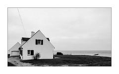 La maison blanche sans majuscule. (Scubaba) Tags: europe france pasdecalais noirblanc noiretblanc bw blackwhite monochrome maison house mer sea