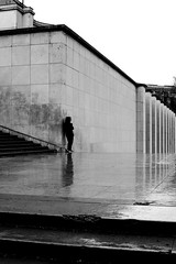 At the angle (pascalcolin1) Tags: paris trocadero homme man pluie rain reflets reflection coin corner angle photoderue streetview urbanarte noiretblanc blackandwhite photopascalcolin 50mm canon50mm canon colonnes columns