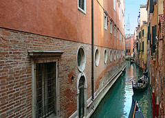 canale piccolino (werner boehm *) Tags: wernerboehm venice canal gondola gondel wall mauerwerk architecture cityscape