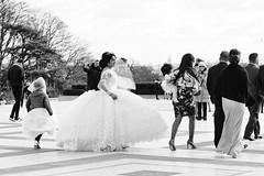 Vite vite au mariage... (Paolo Pizzimenti) Tags: cinéma instant bobo mariage trocadero paris paolo olympus zuiko 17mm f18 film pellicule argentique doisneau 45mm