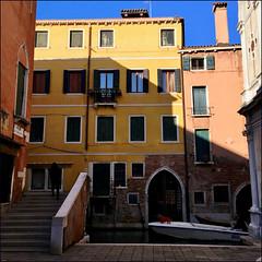 V..... (Christian Lagat) Tags: italie italy venise venice venezia iphone téléphone phone maisons houses couleurs colours pont bridge escaliers stairs canal bateau boat chien dog
