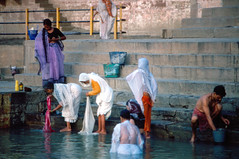INDIA Y NEPAL 1986 - 344 (JAVIER_GALLEGO) Tags: india 1986 asia subcontinenteindio varanasi benarés gente people abluciones