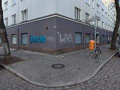Schillerkiez_e-m10_1011206787 (Torben*) Tags: rawtherapee olympusomdem10 olympusm12mmf20 berlin neukölln schillerkiez psycho lichtenraderstrase okerstrase ecke corner bürgersteig sidewalk mülleimer trashcan fahrrad bicycle
