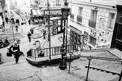 Sur l'escalier du métro Lamarck (Paolo Pizzimenti) Tags: berthillon monde gens lamarck métro homme poussette café vitrine cinéma instant paolo paris olympus zuiko 17mm 25mm f18 film pellicule argentique dosineau
