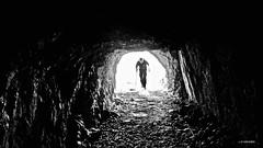 El curioso (KRAMEN) Tags: dark tunel senderismo monocromático bn bw oscuro piedra stone luz light