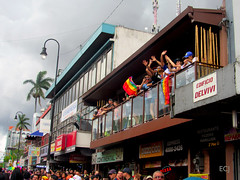 En un balcón, Marcha de la Diversidad 2018 / In a balcony, Costa Rican Pride 2018 (vantcj1) Tags: gente balcón edificio multitud urbano ciudad parque desfile marcha manifestación cielo nubes árboles poste congregación gay lgbti diversidad igualdad orgullo derechos amor amistad antena