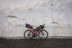 Orient on ice (Torsten Frank) Tags: 3peaksbikerace alpen apidura bikepacking corsag erc1400spline47 fahrrad furkapass gebirge jguillem kurbel laufrad leistungsmesskurbel nebel oberrohrtasche orient ortlieb pass passhöhe passschild quarq quarqdzerosramred radfahren radrennen radsport radtasche rahmentasche redetaphrd reifen rennrad sram satteltasche schaltgruppe schnee schweiz threepeaksbikerace uri urneralpen urserental verkehr vittoria wallis dtswiss