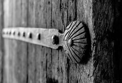 Refuerzo (Walimai.photo) Tags: door puerta black white blanco negro nikon d7000 nikkor 35mm detail detalle byn bw branco preto blanc noir ciudadrodrigo salamanca españa spain
