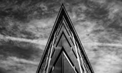 Arrow to heaven (Lea Ruiz Donoso) Tags: bn bw blancoynegro sony geometric lineas lines monochrome monocromático monocromo cityscape paisajeurbano architecture arquitectura skyscraper