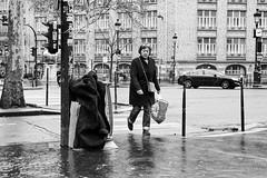 Le manteau dans la poubelle (Paolo Pizzimenti) Tags: poubelle manteau grille verre carrelage rouge homme femme pluie paris paolo olympus zuiko omdem1mkii 17mm 25mm f18 doisneau film argentique pellicule
