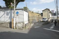 Tokyo.港区南麻布 西福寺裏 (iwagami.t) Tags: iwagamitetsuo fujifilm fuji xt1 xf14mm japan tokyo city town urban street building 201902 apartment car