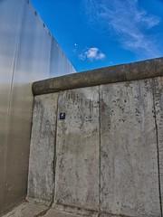 Mauer-Museum - Berlin (mikehaui60) Tags: berlin deutschland em1 edelstahl mauer mauermuseum mft mond olympus olympusomdem1 omd