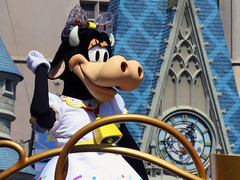 Clarabelle Cow (meeko_) Tags: clarabelle cow clarabellecow characters disneycharacters move shake mousekedance street party moveitshakeitmousekedanceit streetparty moveitshakeitmousekedanceitstreetparty parade entertainment mainstreetusa magic kingdom magickingdom themepark mickey minnies surprise celebration mickeyandminniessurprisecelebration walt disney world waltdisneyworld florida