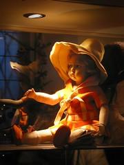 Gefangene im Rampenlicht (Maquarius) Tags: puppe hut kind mädchen orange spielzeug dekor vitrine glas