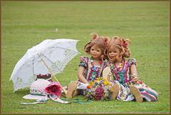 Zwei die sich lieben ... Anne-Moni und Tivi ... (Kindergartenkinder 2018) Tags: sommer blumen kindergartenkinder annemoni tivi