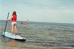 ... (auqanaj) Tags: kodakgold200 nikonafnikkor50mm114d nikonf100 cewescanat72dpi compare comparison vergleich denmark dänemark hellehansen rettungsweste lifejacket swim swimmer schwimmer schwimmen surfer sportler männer mann mädchen men man girl people ringkøbingfjord hvidesande sup standuppaddling stehpaddeln kopfstand headstand sea lake fjord meer surfbrett surfboard wasser water monochrome blackandwhite schwarzweis urlaub ferien holiday travel journey composition film analog boot himmel ozean