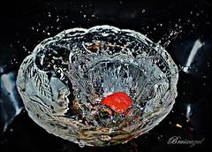 Chof!!! (bruixazul poc a poc...) Tags: fresa agua impacto gotas smileonsaturday watermove