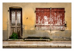 les volets rouges (Mr JM BURT) Tags: pentax campagne windows door porte fenêtre maisonabandonnée autreylèsgray hautesaône franchecomté village ruralité