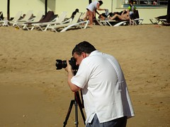 Guy in a Barber Shirt (knightbefore_99) Tags: pacific pale playa people plage beach mexico art mexican oaxaca tropical huatulco barber shirt camera canon stand tripod