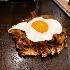 Okonomiyaki (Synghan) Tags: okonomiyaki egg pizza japan food japanese soysauce noodle eating lunch dinner photography horizontal outdoor colourimage fragility freshness nopeople foregroundfocus highangle hotplate delicious palatable restaurant dining interesting awe wonder fulllength depthoffield vivid sharpness famous osaka cuisine samsung galaxy wide3 smj737s j737s
