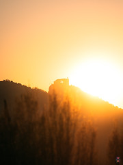 Coucher de soleil sur Crussol (Nik2o) Tags: sony sigma sonyalpha7 sonyalpha sonyalphaunivers shadow street s auvergnerhônealpes art a7r3 alpha7 rhônealpes valence valence26 bealpha nik2o urban outdoors light l sunset sky soleil sun drome26 drome crussol ardèche orange caste france fr full frame 135mm 135mmart gold time landscape
