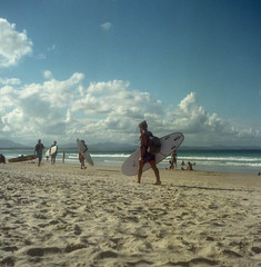 Cue Surfers (BunnySafari) Tags: yashicamat124g december summer 2017 australia beach sunshine surfers byronbay film fuji400