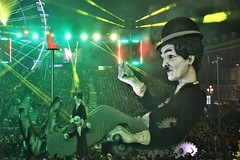 Carnaval de Nice 2019 (hervétherry) Tags: france provencealpescôtedazur alpesmaritimes nice canon eos 7d efs 18200 carnaval 2019 nissa place masséna nuit night cinema corso nocturne charlot