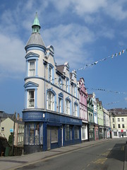 Caernarfon (alexliivet) Tags: caernarfon gwynedd wales cymru uk northwales buildings turret endbuilding corner victorian flatiron