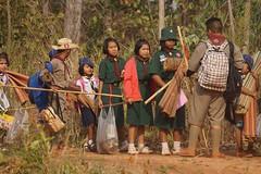 Les bénévoles accompagnent les enfants à l'occasion d'une classe verte (infoglobalong) Tags: stage étudiant service bénévolat volontaire international engagement solidaire voyage découverte enseignement éducation école enfants aide alphabétisation scolaire asie thaïlande jeux sport art informatique rénovations