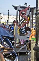 (Cindy en Israel) Tags: parada paradadeautobús arte decoración urbana urbe ciudad gente personas mujer pelirroja cabello pelo peinado farol creta grecia puerto turismo travel tour paseo viaje vacaciones