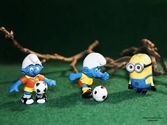 Fußball / Soccer (ingrid eulenfan) Tags: smileonsaturday fussball soccer schlumpf schlümpfe puffi smurfs minion oddoneout 30mm
