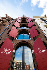 Het Lam (Nicola Pezzoli) Tags: amsterdam netherland paesi bassi europe travel city red house architecture street blue reflections