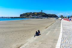 At Enoshima East Beach in Fujisawa : 江の島東浜にて (Dakiny) Tags: 2019 spring april japan kanagawa fujisawa katasekaigan enoshima city street nature landscape people beach sea sky island