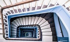 und unten steht die Kinderkarre...... (petra.foto busy busy busy) Tags: treppenhaus lübeck wohnhaus treppe stairs vonoben fotopetra sony architektur gebäude