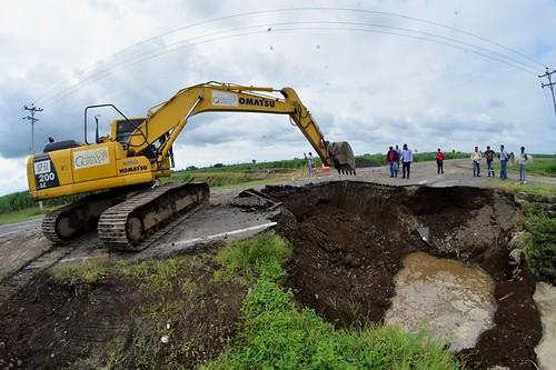 Equipo caminero de la Corporación Provincial trabaja en la sustitución de las alcantarillas en la vía de acceso a Marcelino Maridueña.