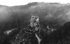 burg eltz... (st.weber71) Tags: nikon z7 deutschland germany gebäude art blackandwhite schwarzweisfoto schwarzweis wald bäume historischegebäude schlösser schloss nebel castle eltzcastle burgeltz