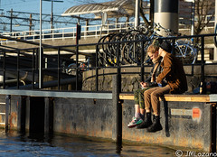 AMOR EN LA ORILLA DEL CANAL (josmanmelilla) Tags: amsterdam holanda sol sony dia agua azul pwmelilla pwdmelilla flickphotowalk pwdemelilla