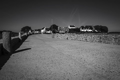 L'île de Saint-Cado... (De l'autre côté du mirOir...) Tags: lîledesaintcado lariadetel belz bretagne breizh brittany bzh fr france french nikon nikkor d810 nikond810 noiretblanc noirblanc nb blackwhite bw négroyblanco monochome pont morbihan