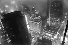 New York Times Square im Nebel Paramount Building (markusgeisse) Tags: schwarzweis newyork hochhäuser nebel stadt bw blackandwhite usa new york paramount timessquare dust night nacht